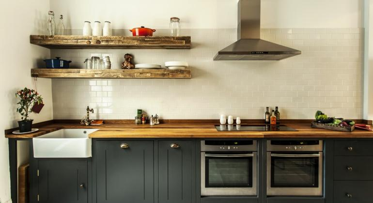 Стильные полочки для кухни ручной работы в британском стиле